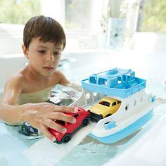 Fergen flyter på vannet og ligger ved kanten, rampen trekkes ned og bilene kjører ombord, deretter kjører båten til den andre siden.