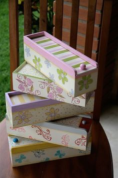 Caixas de MDF Decoradas: 89 Modelos, Fotos e Passo a Passo Decoupage Vintage, Decoupage Box, Wood Palette Ideas, Fabric Covered Boxes, Altered Boxes, Craft Bags, Country Crafts, Painted Boxes, Diy Home Crafts