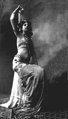 Mata Hari Mata Hari, Vintage Photos Women, Vintage Girls, Burlesque, Vintage Fairies, Turkish Fashion, Poses For Photos, Belly Dance Costumes, Great Women