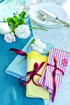 Bordeauxfarbenes Band einmal um die Servietten schlagen und locker zu Schleifen oder Knoten knoten, nach Belieben eine Rose im Band befestigen burdafood.net/Gaby Zimmermann http://www.meine-familie-und-ich.de/