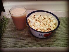 Lanche da tarde leve: pipoca e vitamina de mamão.