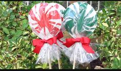 Paper plate lollipops for Christmas. They do not have to be painted perfectly because the cellophane makes them all look ADORABLE no matter what! Easy DIY craft for any skill level this holiday season. Must try!