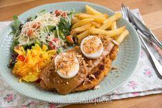 Dol op schnitzel en Indisch eten? Maak de schnitzel Jakarta: een malse schnitzel belegd met pindasaus, ei, gefrituurde uitjes, seroendeng en atjar!