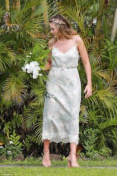 Bridesmaid dresses Margot Robbie wears stylish bridesmaid frock in Hawaii Margot Robbie Wedding Dress, Margot Robbie Style, Actress Margot Robbie, Margo Robbie, Printed Bridesmaid Dresses, Lace Dress, White Dress, Looks Style, Fashion Pictures