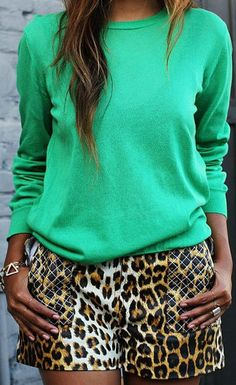 Leopard shorts - love leopard with brightly colored tops! Women's street style spring and summer fashion outfit Looks Style, Style Me, Look Con Short, Leopard Shorts, Summer Outfits, Cute Outfits, Summer Shorts, Look Fashion, Womens Fashion