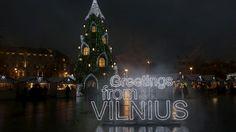La gente se reúne cerca del árbol de Navidad en la plaza de la Catedral de Vilnius, Lituania. Foto: Reuters