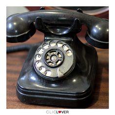 Fotografia de produto still para e-commerce. Aparelho de telefone antigo, restaurado pela @lavoisierobjetos. #fotografia #fotógrafo #sc #tijucas #itapema #produto #still #ecommerce #site #telefone #aparelho #antigo #antiguidade #restaurado #restauracao #madeira #cliclover