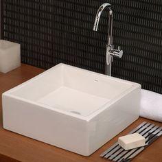Puedes incorporar tonos oscuros en tu baño en lugares específicos. Combínalo con elementos contrastantes como con el blanco del lavamanos y el brillo en la grifería. Este modelo de lavamanos es de la marca DECA.