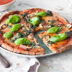 Schluss mit Frust: Endlich eine Low-Carb-Pizza, die man kneten und einen Rand formen kann. Der knusprige Teig eignet sich auch für den Pizzaofen.