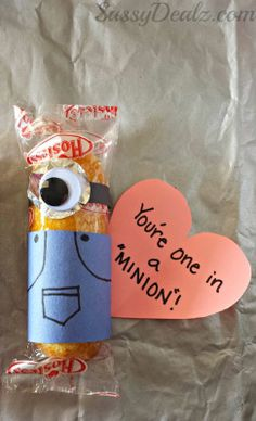 """You're One in a Minion"" Twinkie Valentines Day Craft. Really bad pun, but cute as minions naturally are. For the minion lover in your life. Valentine Treats, Valentines Day Party, Valentine Day Crafts, Be My Valentine, Holiday Crafts, Holiday Fun, Minion Valentine, Printable Valentine, Homemade Valentines"