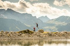 Rund um das ADLER INN befinden sich die schönsten Trailrunning Strecken - wer sein sportliches Ziel gerne mit Höhentraining verbindet ist bei uns genau richtig, Start ist nämlich bereits auf 1.400 M :-) Mountain Resort, Mountains, Nature, Travel, Summer Vacations, Eagle, Goal, Round Round, Nice Asses