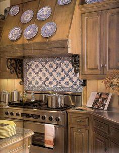 Inspire-se com ambientes decorados com azulejo português, aprenda como usar na decoração e onde comprar o azulejo tradicional, as cerâmicas e adesivos.