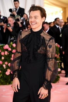 Harry Styles attends The 2019 Met Gala Celebrating Camp: Notes on Fashion at Metropolitan Museum of Art on May 2019 in New York City. Get premium, high resolution news photos at Getty Images Harry Styles Lindo, Harry Styles Cute, Harry Styles Pictures, Harry Edward Styles, Harry Styles Fashion, Harry Styles Style, Harry 1d, Harry Styles Wallpaper, Mr Style