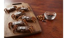 Little trick-or-treaters will love building these pumpkin spiders with salty pretzel pieces and chocolate. Milk Chocolate Cookie Recipe, Chocolate Chunk Cookies, Semi Sweet Chocolate Chips, Chocolate Buttercream, Baking Pans, Baking Soda, Spider Food, Hershey Cocoa, Yellow Candy