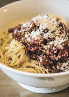 Kutt bacon i terninger. Spaghetti Bolognese, Frisk, Bacon, Pasta, Dinner, Hot, Ethnic Recipes, Style, Kitchens