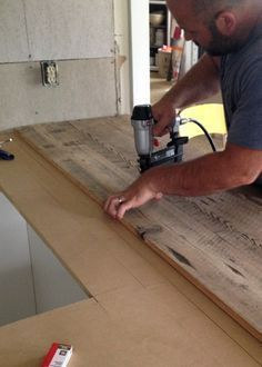 diy holz DIY Reclaimed Wood Countertop - gluing and nailing down reclaimed wood boards Reclaimed Wood Countertop, Diy Wood Countertops, Wood Counter Tops Diy, Salvaged Wood, Kitchen Cabinets Made From Reclaimed Wood, Kitchen With Wood Countertops, Pallet Countertop, Repurposed Wood, Kitchen Backsplash