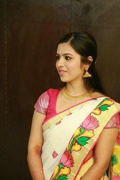 Latest blouse design - The handmade craft Dress Painting, Mural Painting, Fabric Painting, Paintings, Mural Art, Murals, Set Mundu Kerala, Kerala Engagement Dress, Kerala Saree