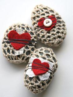 Crochet rocks with some felt and buttons Zodra ik tijd heb ga ik echt stenen gebruiken.