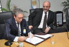 Carlos Felice y Carlos Tomada, rubricando el Convenio de Colaboración, Coordinación y Capacitación con vistas a la Detección y Sanción del Trabajo No Registrado en la Actividad de los Trabajadores del Turf y Afines, en el Ministerio de Trabajo