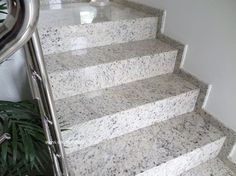 Granito Branco Dallas: Preço, Mancha? Veja Fotos! Staircase Design Modern, Modern Stairs, Modern Design, Granito Dallas, Granite Stairs, House Front Design, Classic House, Granite Countertops, Tiles