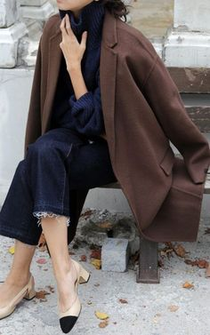 If you enjoy the comfort look, choose a brown coat and navy denim culottes. A pair of black and tan leather pumps will give a more elegant twist to an otherwise straightforward look. Fashion Moda, Look Fashion, Womens Fashion, Net Fashion, Street Fashion, Mode Outfits, Fashion Outfits, Jeans Trend, Fashion Gone Rouge