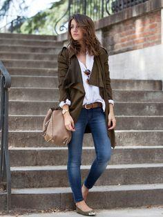 Für die etwas wärmeren Tage im Herbst passt dieses Outfit perfekt! Skinny Jeans, Ballerinas, lässige Bluse und ein leichter Mantel.