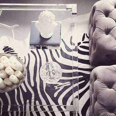 Quando a gente gosta de verdade de alguma coisa, é impressionante como é difícil evitar que vire assunto recorrente, não é mesmo? Quem acompanha meu trabalho por aqui (essa semana completo cinco anos de Bettys, gente!!!), deve se lembrar de já ter visto alguns posts com zebras e zebrados na decoração. Pois hoje trago uma …