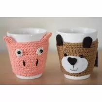 Tazas Animales (chancho) Crochet Coffee Cozy, Crochet Cozy, Crochet Beanie, Love Crochet, Hello Kitty Crochet, Felt Coasters, Crochet Kitchen, Fabric Crafts, Crochet Projects
