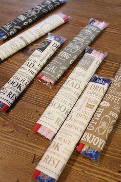こちらもセリアの折り紙を使ったラッピング術です。お子さんたちに配る鉛筆セットに、折り紙をくるりと巻きます。