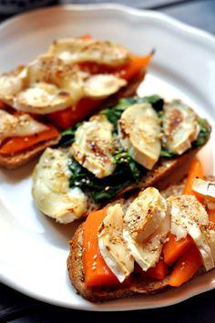Déjeuner veggie: tartines chèvre-carotte-miel et chèvre-épinards miel