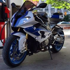 The SR1000RR feature are the different headlights from one another, but we can not forget, is a BMW
