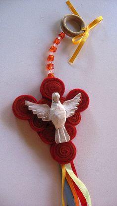 lembrancinha espirito santo Religious Icons, Religious Art, Apple Kitchen Decor, Mexican Christmas, Catholic Crafts, Christmas Crafts, Christmas Ornaments, Bird Crafts, Felt Birds