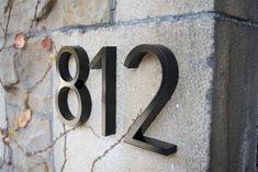 Orthografica Inc. lance un nouveau service personnalisé permettant d'offrir aux particuliers des numéros et plaques d'adresse sur-mesure pour leurs immeubles.