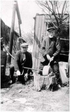 Het slijpen van een beitel met een slijpsteen. Auteur Starink ; Foto, 3/1957