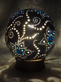 """Készítette: Zsolnai Tímea """"Kék rapszódia"""" - afrikai tökből készült asztali lámpa Olsen, Stone Art, Snow Globes, Christmas Bulbs, Rocks, Carving, Holiday Decor, How To Make, Home Decor"""