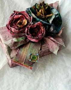 tutorial on how to make these GORGEOUS flowers from newspaper and food dye. how to wrap a stunning gift. come incartare un favoloso regalo. tutorial su come fare fiori di carta Handmade Flowers, Diy Flowers, Fabric Flowers, Vintage Flowers, Diy Projects To Try, Craft Projects, Newspaper Flowers, Fun Crafts, Arts And Crafts