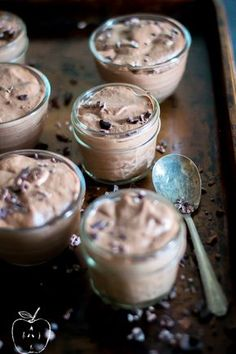 Instant & Smooth Chocolate Chia Pudding I've made a lot of chia puddings in my day…. Instant, made in two minutes (for real), smooth, loaded with protein-goodness chocolate chia pudding. Good Healthy Recipes, Healthy Sweets, Real Food Recipes, Healthy Eating, Healthy Meals, Diet Meals, Healthy Dishes, Poke Cakes, Paleo Dessert