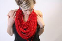"""Manolya Konuk - """"Penelope"""" - red thread necklace - distance entre 2 personnes - 1852 m de fil - 7mois de travail -"""