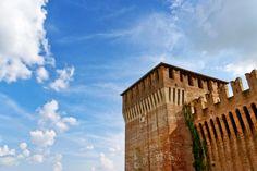 Il Castello Sforzesco di Soncino uno scorcio tra cielo e nuvole di una fortezza del passato della nostra Italia