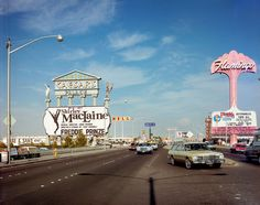 Las Vegas Strip at Caesars and Flamingo in the by Robert Venturi and Denise Scott Brown. Quin canvi fa 40 anys, no, ? Old Vegas, Vegas Fun, Vegas Casino, Las Vegas Nevada, Las Vegas Strip, Techno, Atlantic City Casino, Caesars Palace, Fotografia