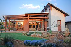 This light-filled, streamlined eco-home was designed to sit comfortably in its natural landscape - 400 hectares of grassland in the Meyersdal Eco Estate, which forms part of the Klipriviersberg Nature Reserve south of Jo'burg.