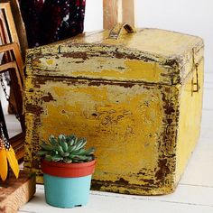 kuferek vintage yellow - BEFORE & AFTER REDESIGN   AGNIESZKA KRAWCZYK   BLOG   ARTYSTYCZNE MALOWANIE MEBLI   DEKORACJE   AKCESORIA DO WNĘTRZ   MEBLE Z ODZYSKU
