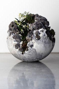 Jamie North,2016, art céramique contraste: dans cette sculpture le contraste est entre les matériaux. La sculpture est en pierre industrielle tandis que l'intérieur de celle-ci est de la verdure. ça crée un fort contraste de couleur et de modelé.