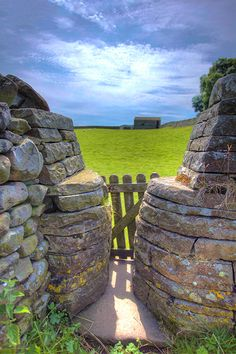 Dry stone squeeze stile and gate, Near Askrigg, Yorkshire Dales. An insight… Stone Masonry, Stone Slab, Stone Mosaic, Stone Retaining Wall, Stone Fence, Permaculture, Foto Gif, Dry Stone, Fence Landscaping