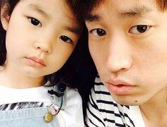 """C'est trop mignon comme meme         Tablo a récemment partagé une histoire drôle concernant sa fille, Haru. Il a dévoilé sur twitter le 17 octobre : """"Quelque chose de drôle vient tout juste de se produire. J'ai voulu expliquer à Haru pourquoi elle portait le même nom que moi …"""" Dans son histoire, Tablo a demand..."""