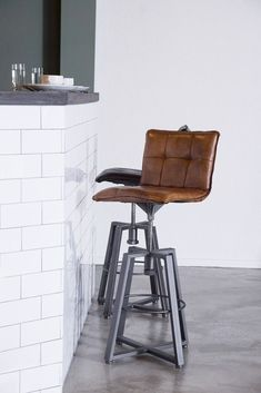 Barstool Verona adjustable industrial style leather and metal - stool Kitchen Stools, Kitchen Decor, Industrial Stool, Metal Stool, Chaise Bar, Adjustable Bar Stools, Metal Furniture, Verona, Upholstery