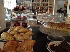 Krok og Krinkel Book Cafe, Bergen: delicious cakes and cinnamon buns near the Floibanen