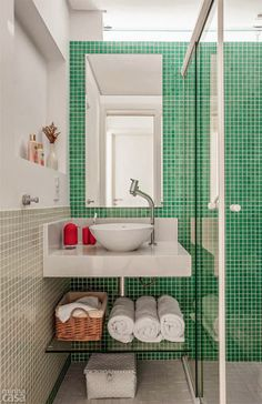 Appartement mer/campagne/montagne Archives - Page 4 sur 28 - PLANETE DECO a homes world Bathroom Colors Gray, Bathroom Green, Decoration Gris, Small Toilet, Vintage Bathrooms, Blog Deco, Cool Apartments, Modern Bathroom Design, Small Bathroom