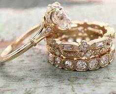 3 alianzas de oro con diamant s las 3 con diseño diferente el anillo de compromiso es un diamante grande montado en una flor espectacular
