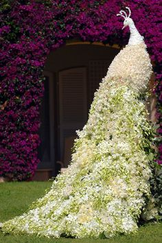 Spectacular floral designs by Preston Bailey. An extravagant floral peacock. Preston Bailey, Topiary Garden, Garden Art, Topiaries, Beautiful Gardens, Beautiful Flowers, White Flowers, Cascading Flowers, Purple Flowers